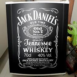 Envelopamento de frigobar com preto fosco e Jack Daniels