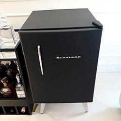 Envelopamento de frigobar retrô brastemp com preto fosco