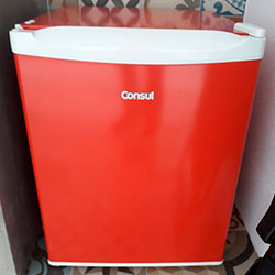 Envelopamento de frigobar com Vermelho Vivo - Alphaville - SP