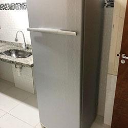 Envelopamento de geladeira com aço escovado cinza claro - São Paulo