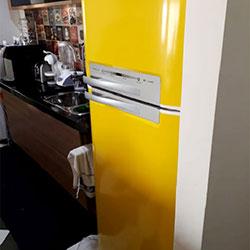 Envelopamento de geladeira com Amarelo Milan