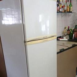 Envelopamento de geladeira antiga com branco brilhante