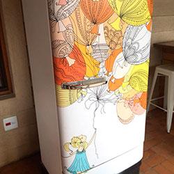 Envelopamento de geladeira antiga com desenho