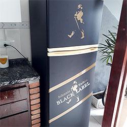 Envelopamento de geladeira com Black Label