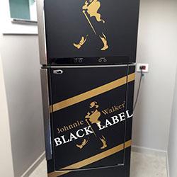 Envelopamento de Geladeira com Johnnie Walker - Black Label