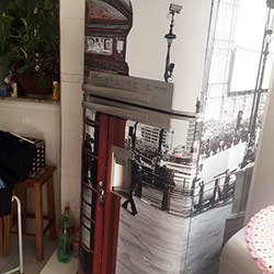 Envelopamento de geladeira com imagem de cabine telefônica