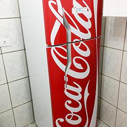 Envelopamento de geladeira com imagem da Coca Cola