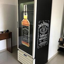 Envelopamento de geladeira expositora com Jack Daniels - São Paulo