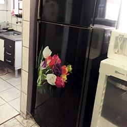 Envelopamento de geladeira com preto brilho e flores