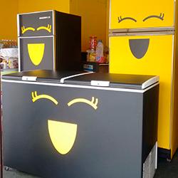 Envelopamento de geladeira e freezer com preto fosco e recorte em amarelo
