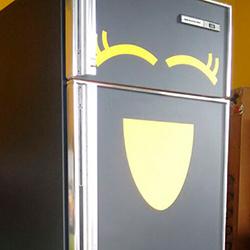 Envelopamento de freezer e geladeira com preto fosco e amarelo
