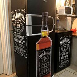Envelopamento de geladeira e frigobar com Jack Daniels
