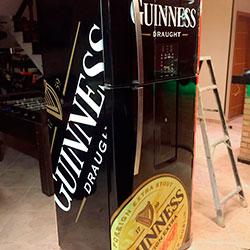 Envelopamento de geladeira de Guinness