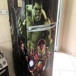 Envelopamento de geladeiracom Super-Heróis