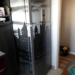 Envelopamento de geladeira com imagem de cidade