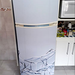 Envelopamento de geladeira com imagem de gelo