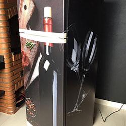 Envelopamento de geladeira com imagem de vinho