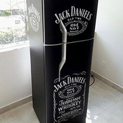 Envelopamento de geladeira com Jack Daniels