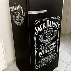 Envelopamento de geladeira com preto fosco e recorte - Jack Daniels