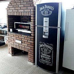 Envelopamento geladeira com Jack Daniels em recorte e Preto Fosco