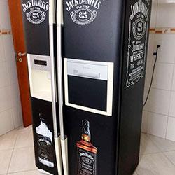 Envelopamento de geladeira com preto fosco e Jack Daniels