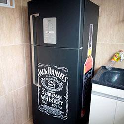 Envelopamento de geladeira com preto foso e Jack Daniels