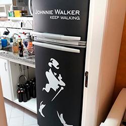 Envelopamento geladeira com Johnnie Walker e Preto Fosco