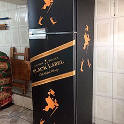 Envelopamento de frigobar com preto fosco e Johnnie Walker