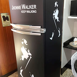 Envelopamento de geladeira com Johnnie Walker e Preto Fosco