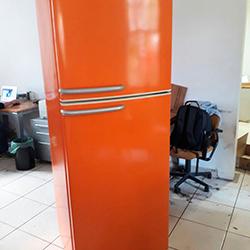 Envelopamento geladeira na cor laranja