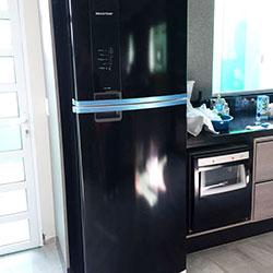 Envelopamento de geladeira com preto brilho