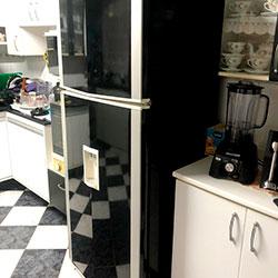 Envelopamento de geladeira com preto brilho - Cotia - São Paulo