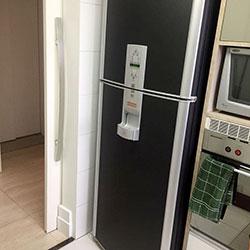 Envelopamento de geladeira com preto fosco