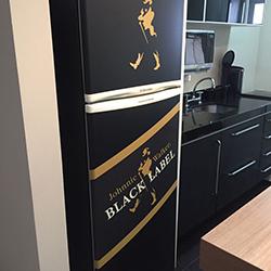 Envelopamento de geladeira preto fosco e Black Label em recorte