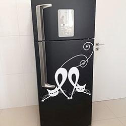 Envelopamento de geladeira preto fosco e gato em recorte