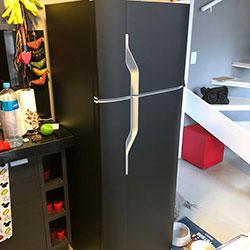 Envelopamento de geladeira com preto fosco - Itaim Bibi - São Paulo