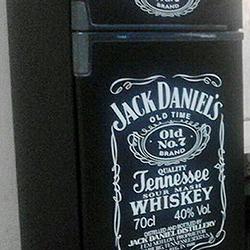 Envelopamento de geladeira preto fosco e Jack Daniels em recorte