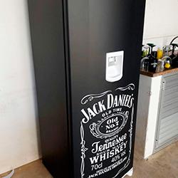 Envelopamento de geladeira preto fosco e Jack Daniels