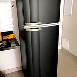 Envelopamento de geladeira com Preto Fosco - Moema - São Paulo