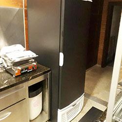 Envelopamento de geladeira com adesivo preto fosco