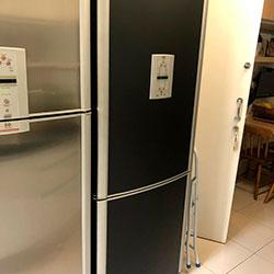 Envelopamento de geladeira com preto fosco - Pinheiros - São Paulo