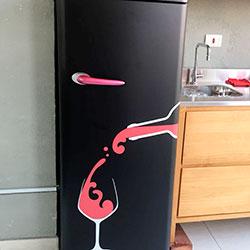 Envelopamento de geladeira com preto fosco e recorte
