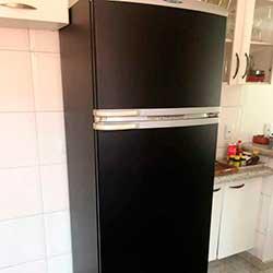 Envelopamento de geladeira preto fosco