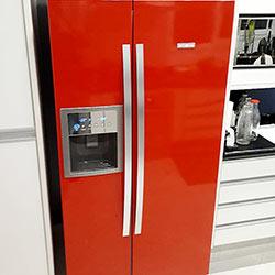 Envelopamento de geladeira side by side com vermelho