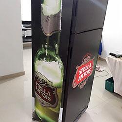 Envelopamento de geladeira com Stella Artois