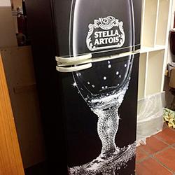 Envelopamento de geladeira com copo de cerveja Stella Artois