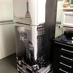 Envelopamento de geladeira com imagem NY Táxi - Cotia