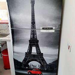 Envelopamento de geladeira com imagem Torre Eiffel
