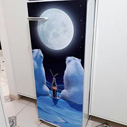 Envelopamento de geladeira com imagem Urso Coca Cola