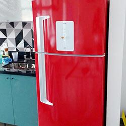 Envelopamento de geladeira com vermelho
